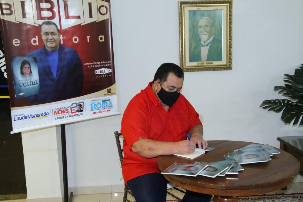Servidor da Câmara há 15 anos, jornalista Antonio Carlos Ruiz lança primeira obra literária